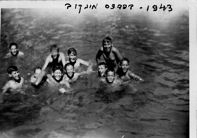 רחצה בבריכה